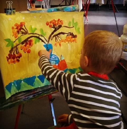 Ребенок рисует натюрморт